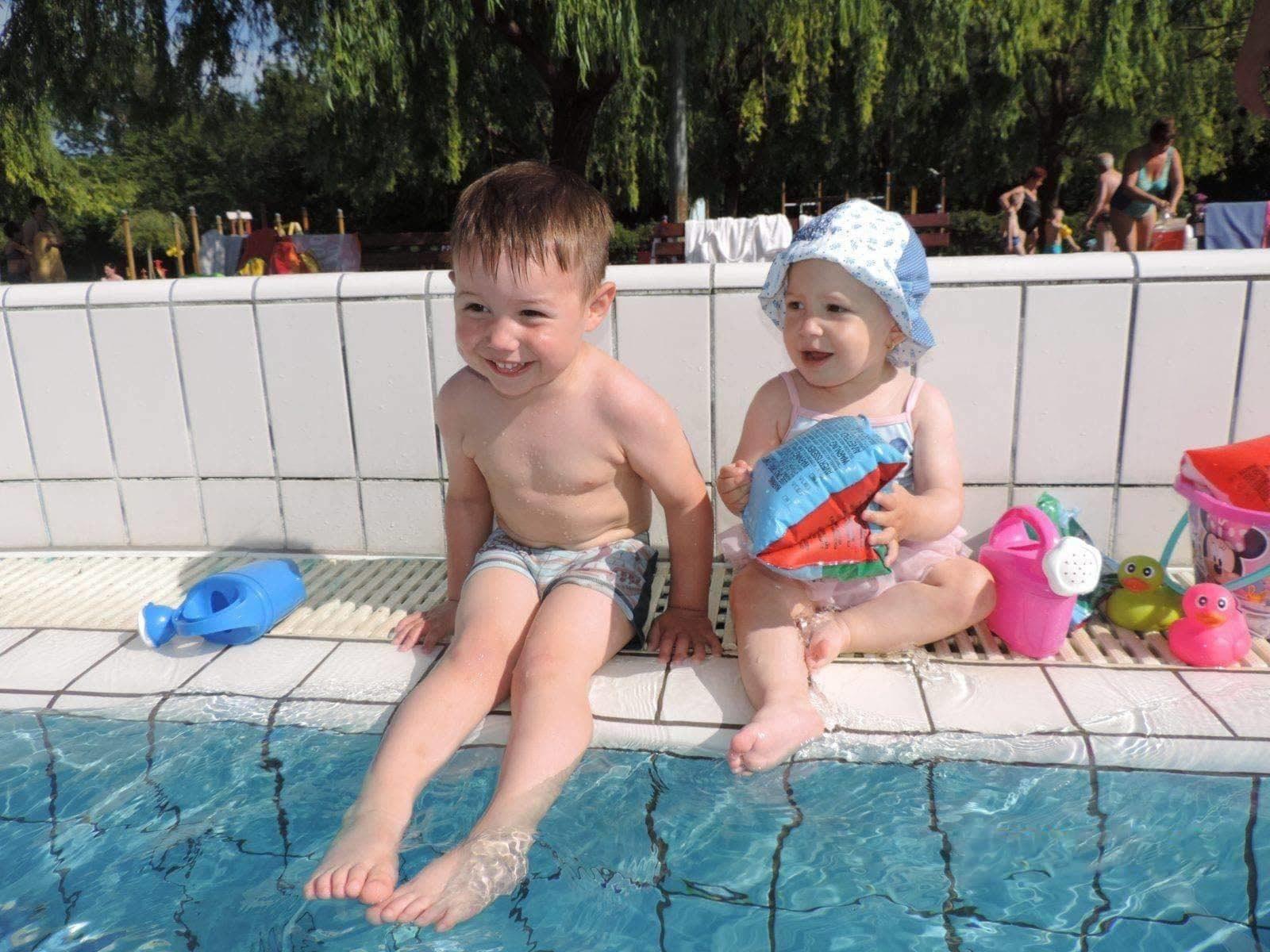 Speciális úszónadrággal a medencékben!